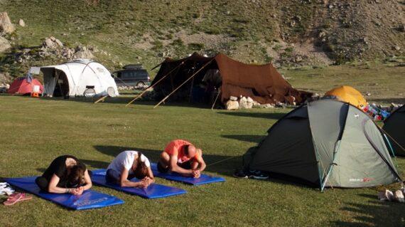 Görkemli Dağlar Arasında Yoga Kampı